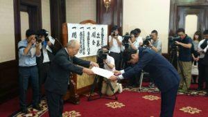 当選証書を付与される野上浩太郎