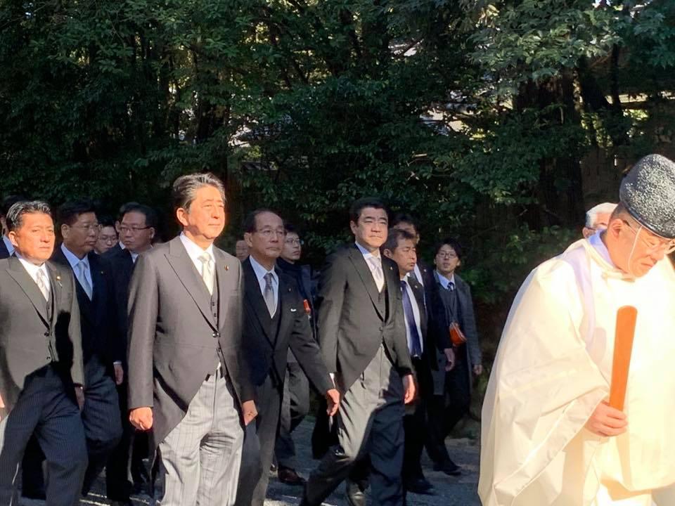 総理とともに参拝へ向かう野上