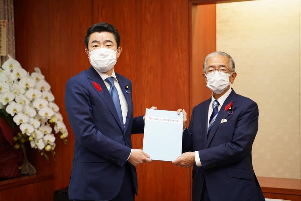 金子原二郎新大臣へ事務を引き継ぎ
